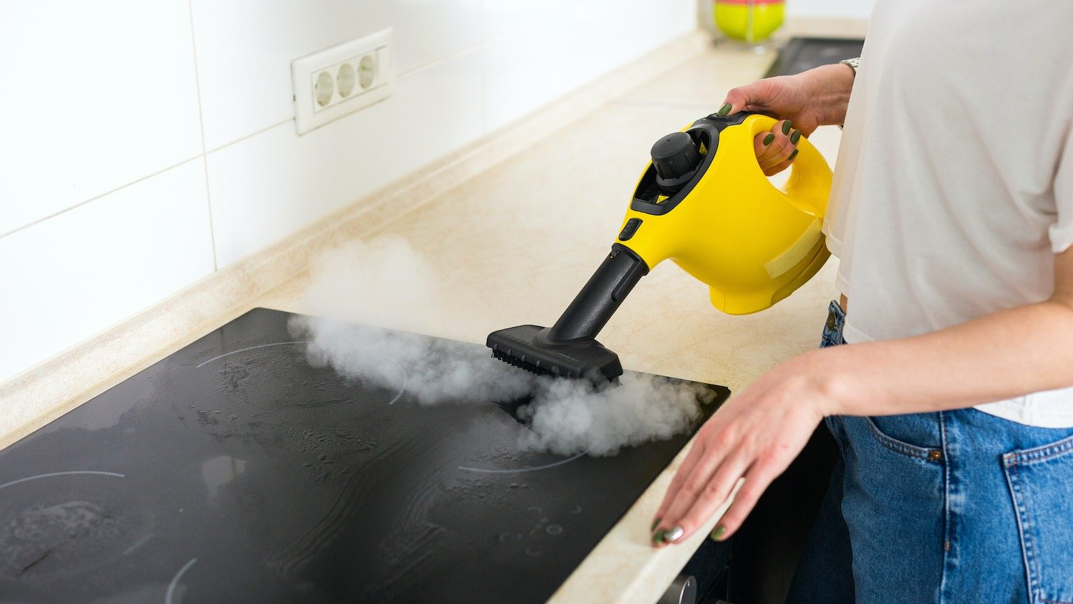 Cleaning the induction cooker using steam cleaner
