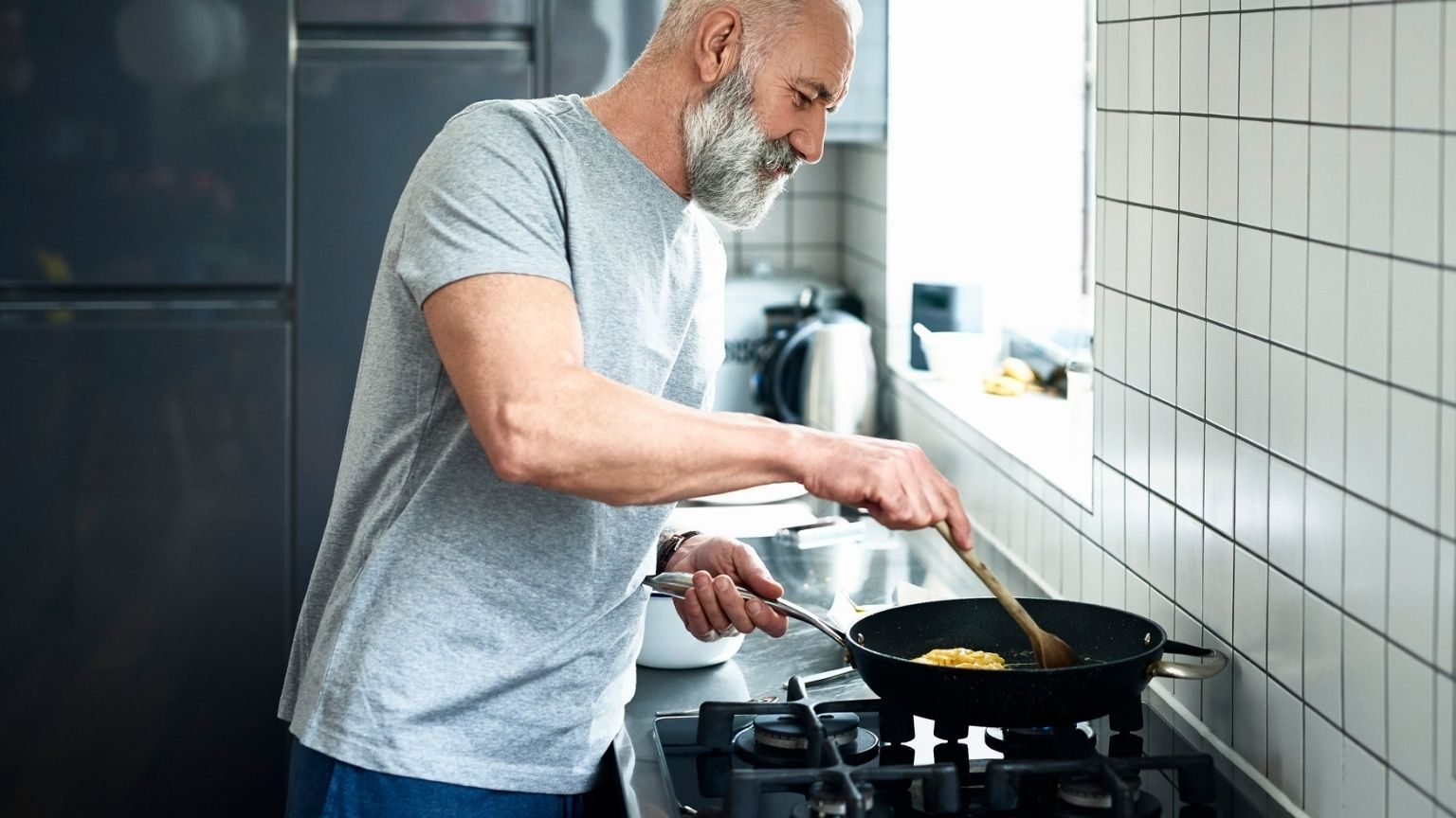 frying pan in modern kitchen_1536x864