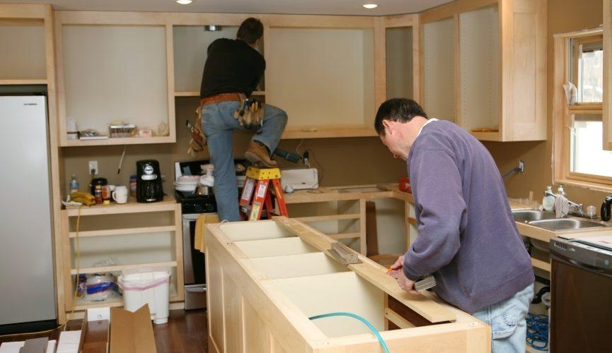 deux ouvriers remodelant la cuisine