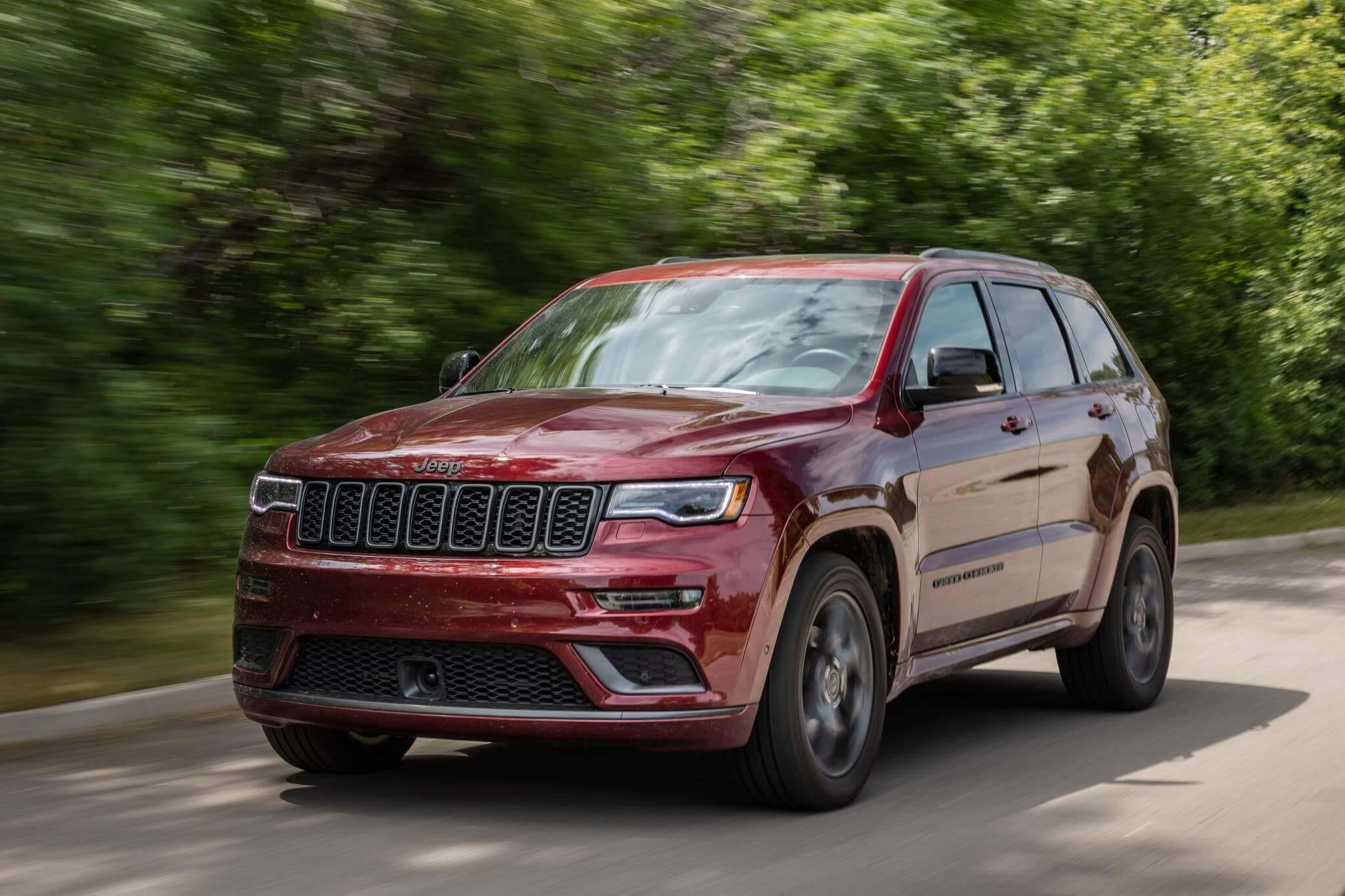 Jeep Grand Cherokee 2019 in motion with trees in the background