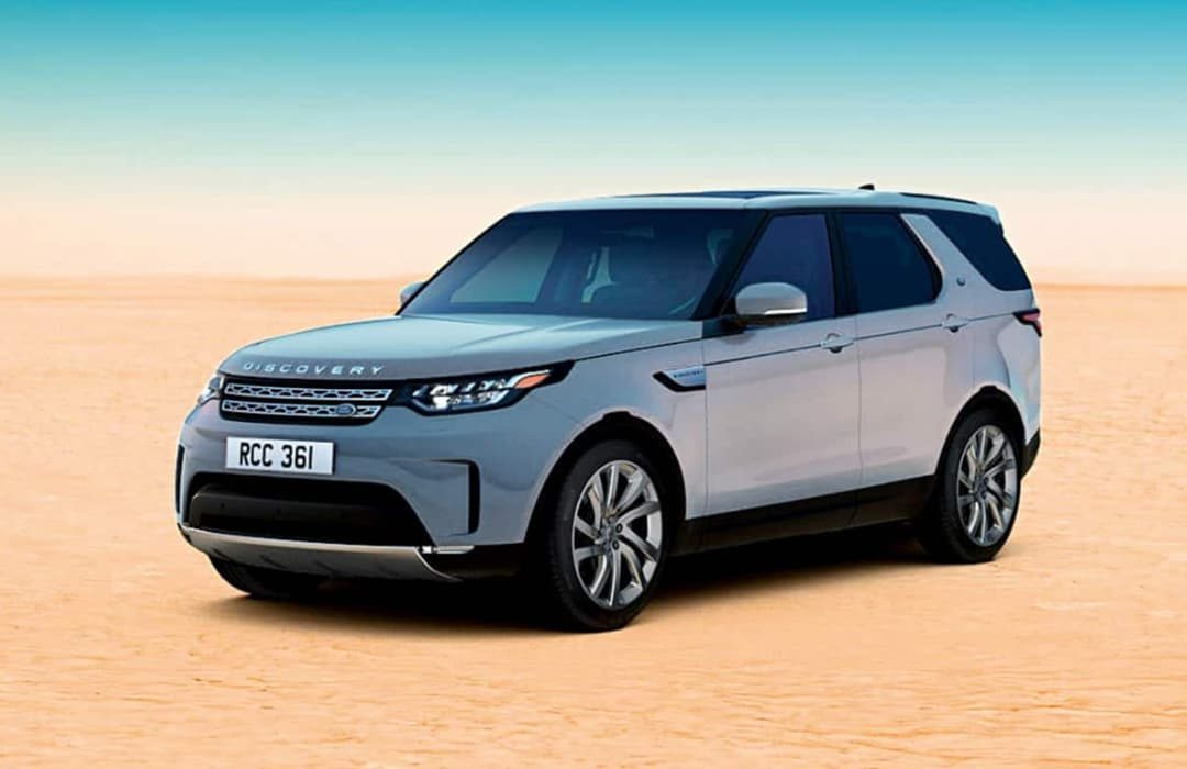 Land Rover Discovery 2019 parked in a sandy area