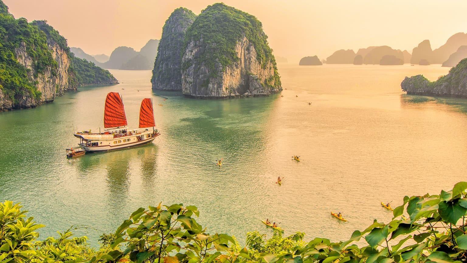 Sunset in Ha Long bay, Quang Ninh, Vietnam