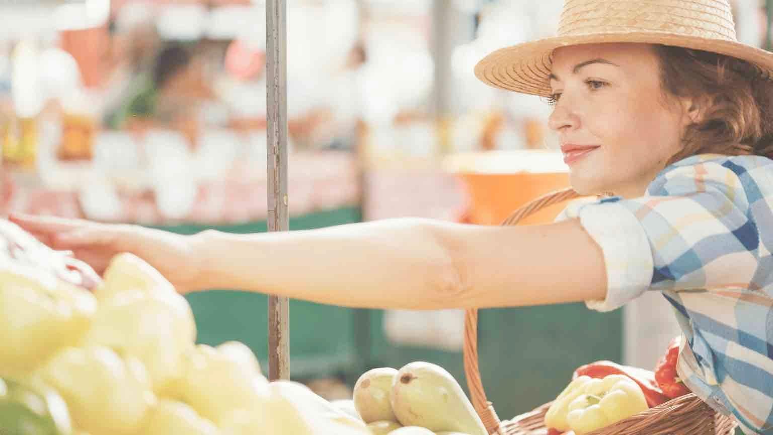 Woman shopping at farmers market.