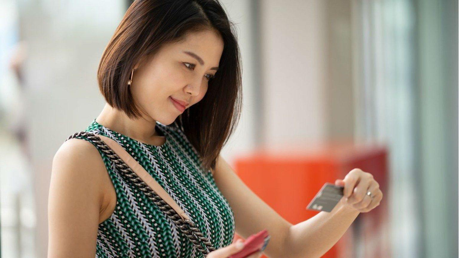 Femme avec carte bancaire