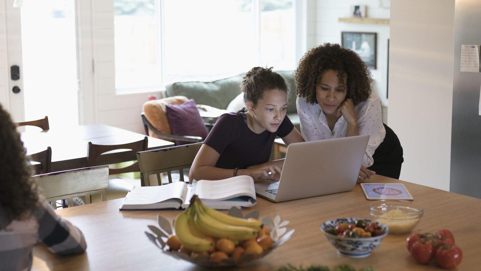 mother-daughter-internet